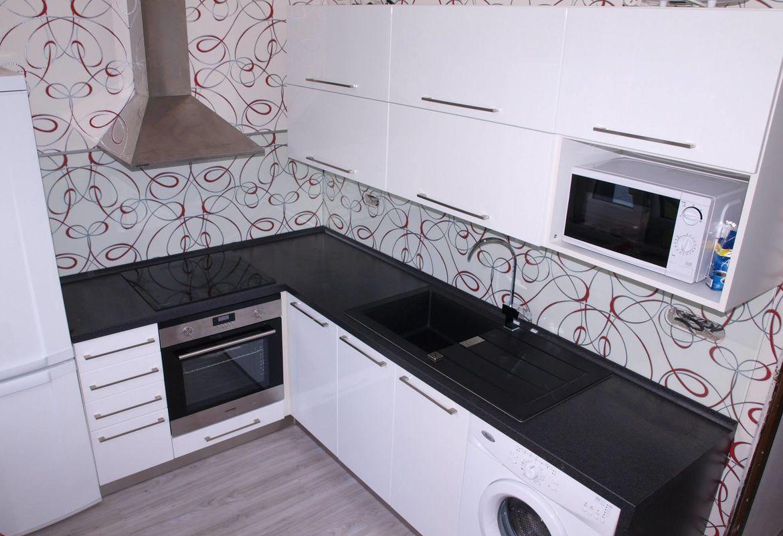 Bílá kuchyně s motivy